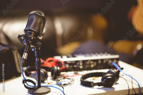 Photo Microphone in a studio surrounded by equipment under the lights with a blurry ba