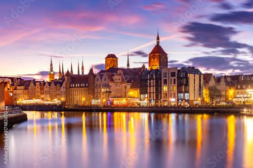 Obraz Stare Miasto w Gdańsku, Bazylika Mariacka, Ratusz i Motława o zachodzie słońca - fototapety do salonu