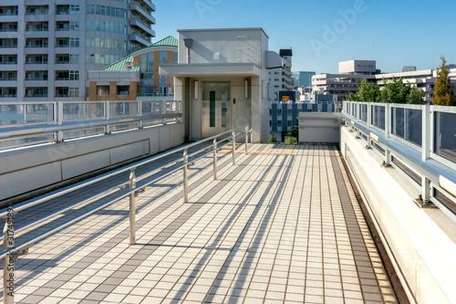 Valokuvatapetti 横断歩道橋のエレベーター