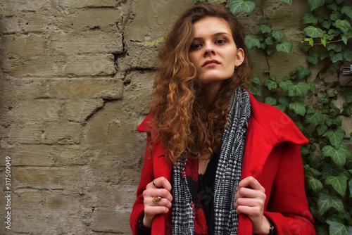 Obraz Kobieta w czerwonym płaszu - fototapety do salonu