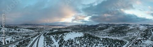 Obraz Vue aérienne panoramique de la région enneigée de Wells, dans le Nevada. - fototapety do salonu