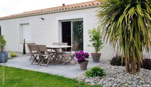 terrasse extérieure de maison individuelle en été Canvas Print