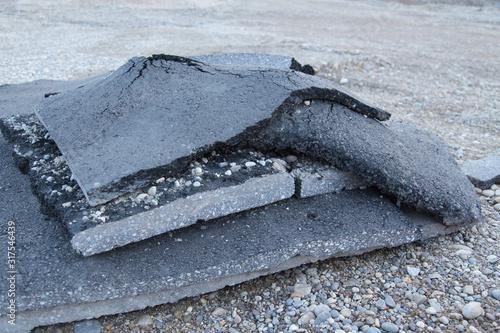Photo Auf der Baustelle: Entsorgung und Recycling von zerstörtem Asphalt Teer Strassen