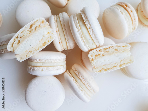 French dessert macaron with vanilla and white chocolate ganache on a white backg Tableau sur Toile