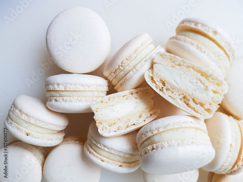 Photographie French dessert macaron with vanilla and white chocolate ganache on a white backg