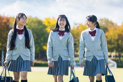 Photo 芝生の上を歩く高校生