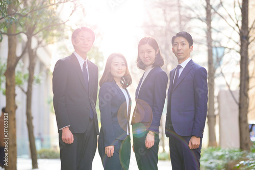 Fotografía ビジネスシーン・4人のチーム