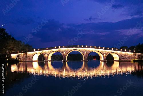 most-nad-rzeka-w-nocy