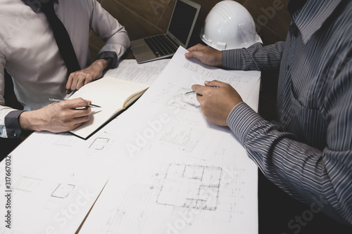 Photo The engineer and partner are discussing about construction plan at the office