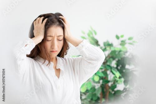 Obraz 悩む女性 - fototapety do salonu