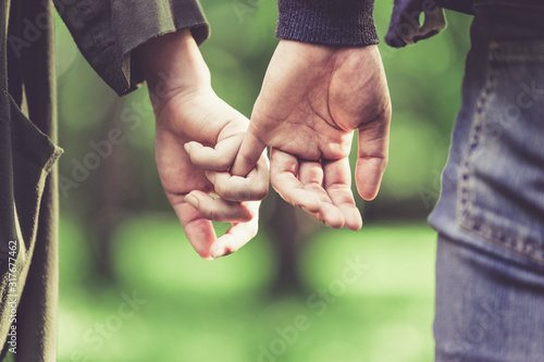 Obraz na plátně 恥ずかしながら手を繋ぐカップル