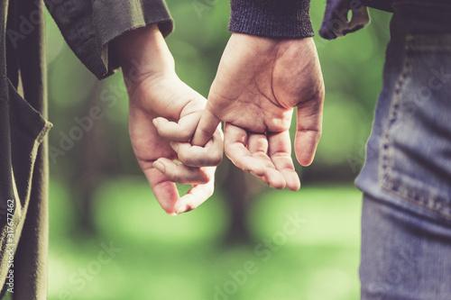 Vászonkép 恥ずかしながら手を繋ぐカップル