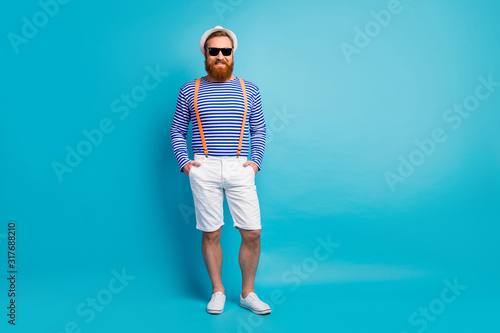 Foto Full length photo of cheerful imposing modern tourist man enjoy spring holidays