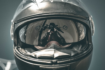 Bajker u crnoj motociklističkoj kacigi
