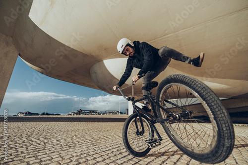 Photo close up photo of Bmx Flatland Rider Doing A Spin
