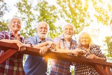 Gruppe Senioren Beim Wandern Im Sommer