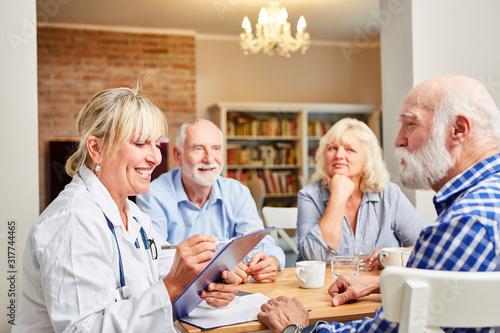 Ärztin und Senioren in Gruppentherapie Sitzung #317744465