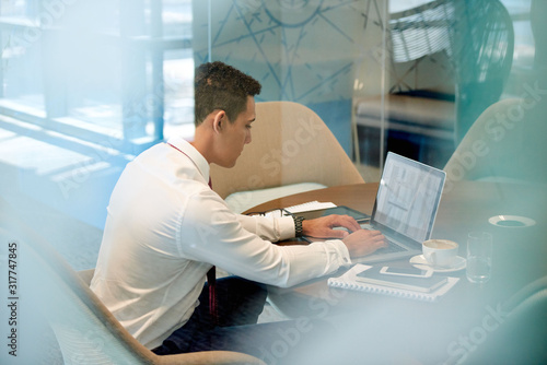 Fototapety, obrazy: Businessman getting work done in the office