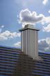 Leinwanddruck Bild Neu gedecktes Dach mit Kamin mit Edelstahlverkleidung