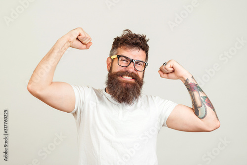 Fotografia Handsome hipster guy sreaming yeah rejoicing in win