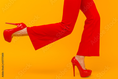 Fotografía  The business woman running somewhere hurrying up isolated on yelow background