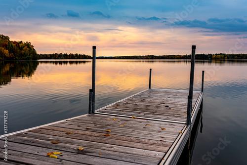 Obraz na płótnie Matin paisible au chalet avec vue sur le quais