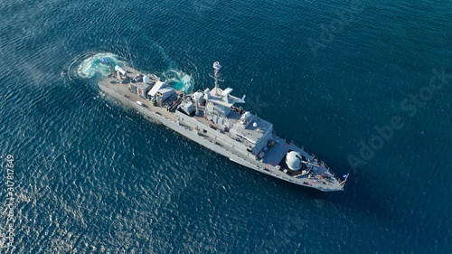 Foto Aerial drone photo of Hellenic Navy Frigate Hydra cruising in low speed in Aeg