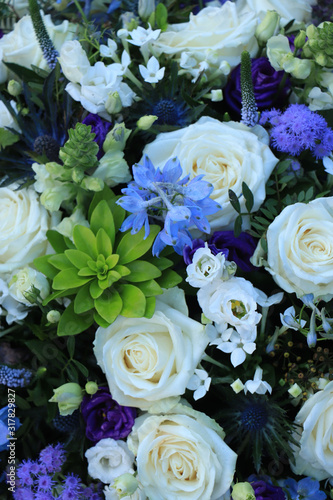 Fényképezés White and blue flower arrangement for a wedding