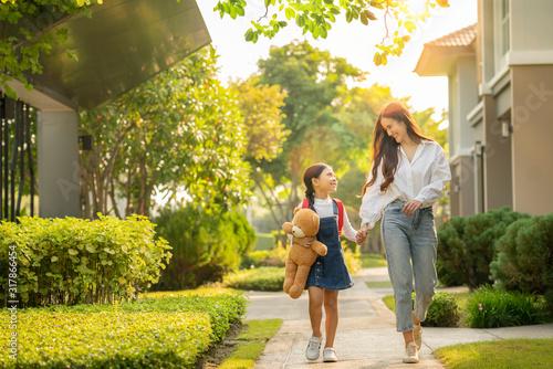 Obraz Asian preschool girl walk with her mother to go to school - fototapety do salonu