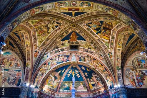 Siena, Italy - CIRCA 2013: Baptistery of Saint John (Battistero di San Giovanni) ceiling interior in Siena Cathedral complex Fototapet