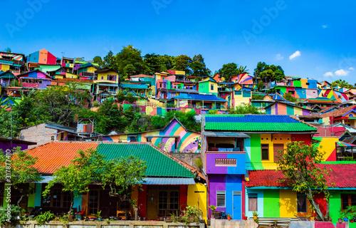 semarang-indonesia-27th-may-2017-colorful-houses-in-kalisari-rainbow-village-kampung-pelangi-kalisari-in-semarang-indonesia-the-writing-translates-to-rainbow-village-wonosari-city