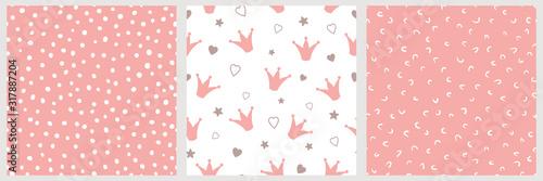 Photo Pink girly seamless pattern Crowns Hand drawn dotted seamless irregular backgrou