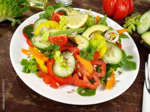 Fotografie, Obraz Gemischter Salat mit Avocado und Sonnenblumenkerne