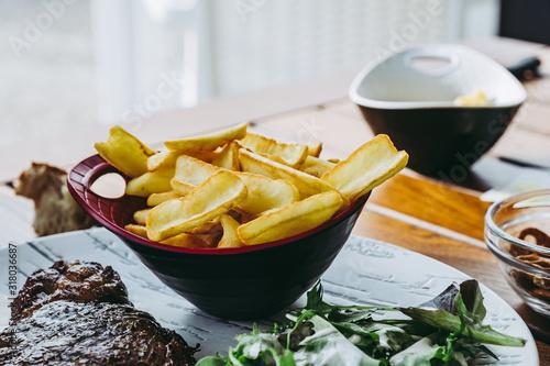 Cuadros en Lienzo Bol de frites fait maison dans un restaurant