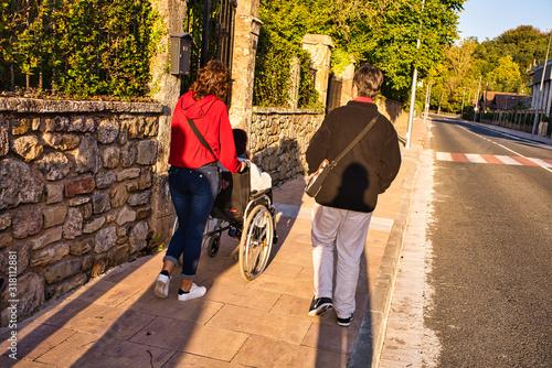 Photo chicas jovenes con ancina discapacitada en silla de ruedas en murguia,alava,espa