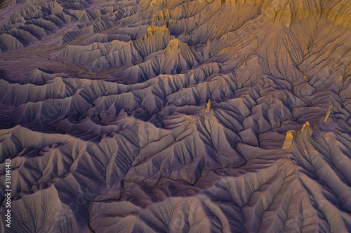 Photo cinematic aerial view of desert badlands texture