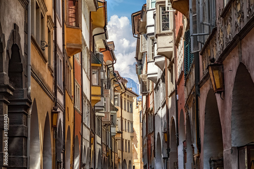 Fototapeta The famous road Via dei Portici with arcades on both sides in Bolzano, South Tyr