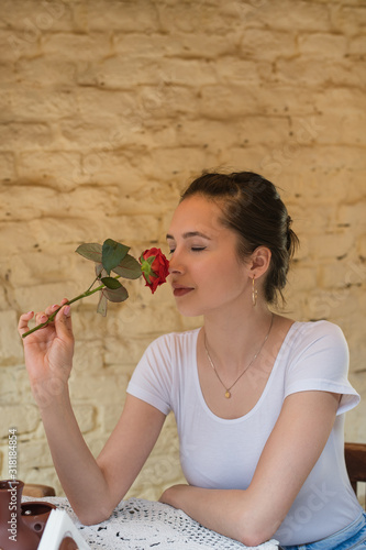 Photo Beautiful girl holding a rose and enjoy the scent