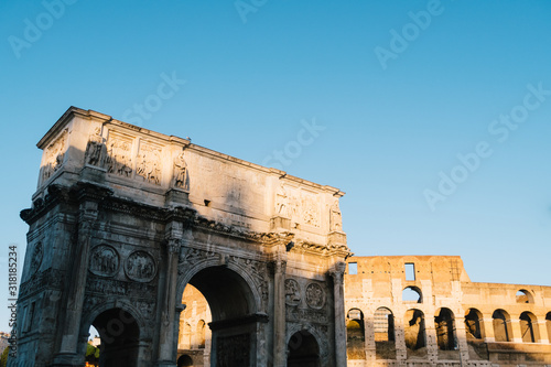 Photo Rome, italy - Dec 23, 2019:  Arch of Constantine and Coliseum  Rome, Italy