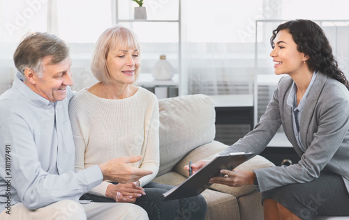 Fotomural Senior couple consulting with adviser at office