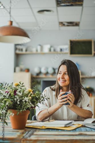 Bella mujer en bonita oficina tomando café Canvas-taulu