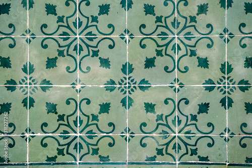 Photo Traditional ornate portuguese decorative tiles (azulejos) on a building facade -