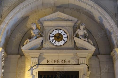 Fronton de la porte d'entrée de la salle des Référés du Palais de Justice de Par Canvas Print