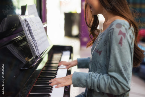 Foto Smile girl pianist play piano