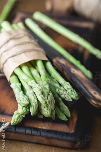 Photo Fresh asparagus on a wooden table