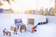 Miniature People: Worker Loadi...