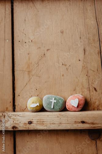 Fototapeta Kommunion, Konfirmation, Firmung, Taufe - bunte Steine mit Kreuz, Fisch und Herz
