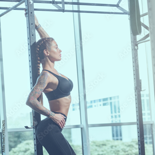 Photo young slim athletic woman in sportswear posing in gym, image with cold vintage t