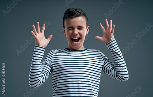 Photo Fashionable boy on a gray background