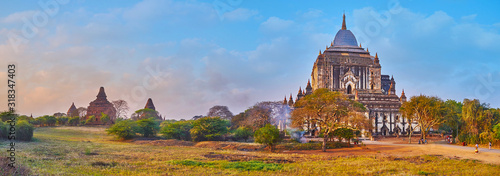 Panorama of Bagan savanna and Thatbyinnyu Phaya, Myanmar Fototapete